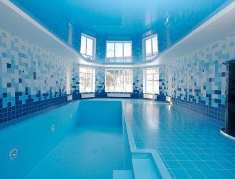 натяжной потолок в бассейне со светодиодами