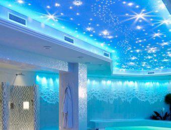 натяжной потолок в бассейне в интерьере