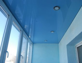одноуровневый натяжной потолок на балконе