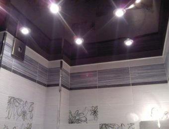 одноуровневые натяжные потолки в ванной комнате