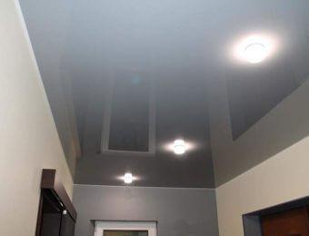 серые натяжные потолки без нагрева