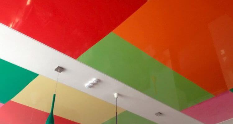 Цветные натяжные потолки в Москве